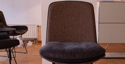 % Statement-Barhocker mit komfortablem Lederkissensitz und Rückenlehne  %